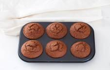 Tortine al cioccolato con panna e lamponi