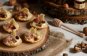 Mini crostatine al parmigiano, miele e frutta secca