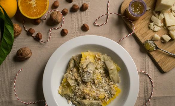 Ravioli ripieni di pecorino e miele con carciofi e nocciole