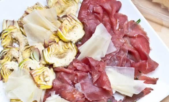 Carpaccio di carne salada e carciofi