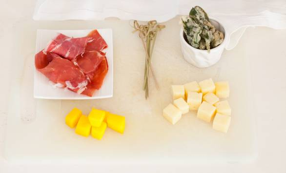 Spiedini di mango, Tilsit Ferrari, foglie di salvia fritte e prosciutto crudo