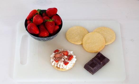 Torrette di biscotti alla panna montata, fragole e cioccolato
