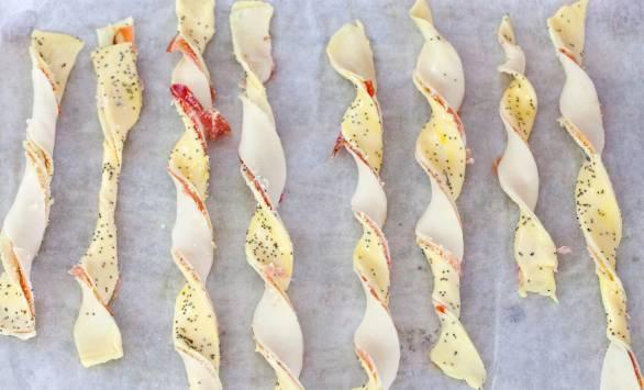 Treccine di sfoglia allo speck, GranMix al Pecorino Ferrari e semi di papavero
