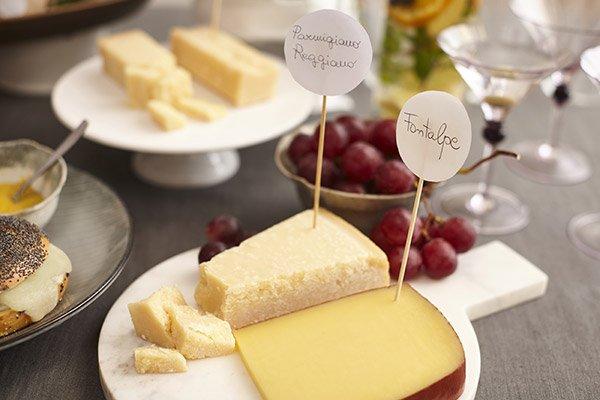Formaggio Parmigiano Reggiano e Fontalpe nel piatto