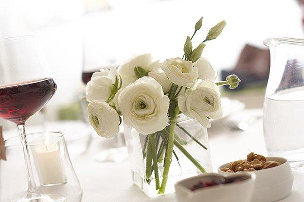 Tavolo con fiori pronto per la degustazione Formaggi
