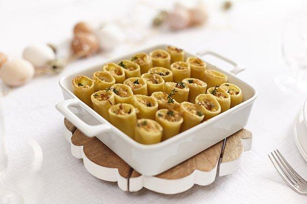 Foto della Teglia con Paccheri ripieni di soupe à l'oignon, Formaggio GranMix Ferrari e pane fritto
